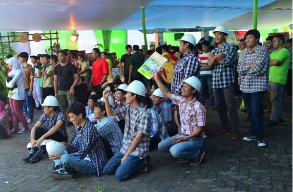 semangat-mahasiswa-Nutrifood-menyaksikan-timnya