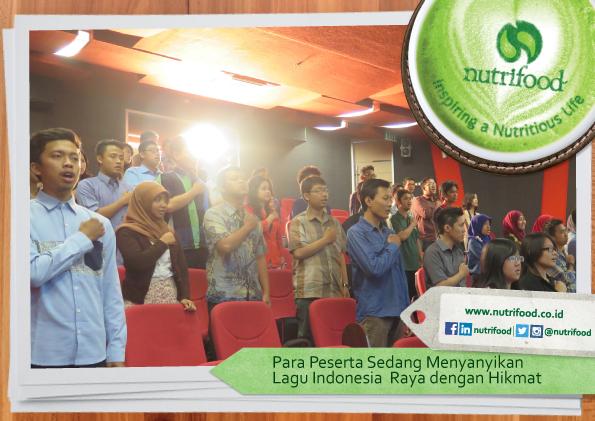 Para-Peserta-Sedang-Menyanyikan-Lagu-Indonesia-Raya-dengan-Hikmat