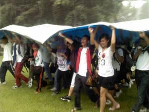 menghadapi-tantangan-sang-hujan-berkolaborasi-mengangkat-terpal-bersama